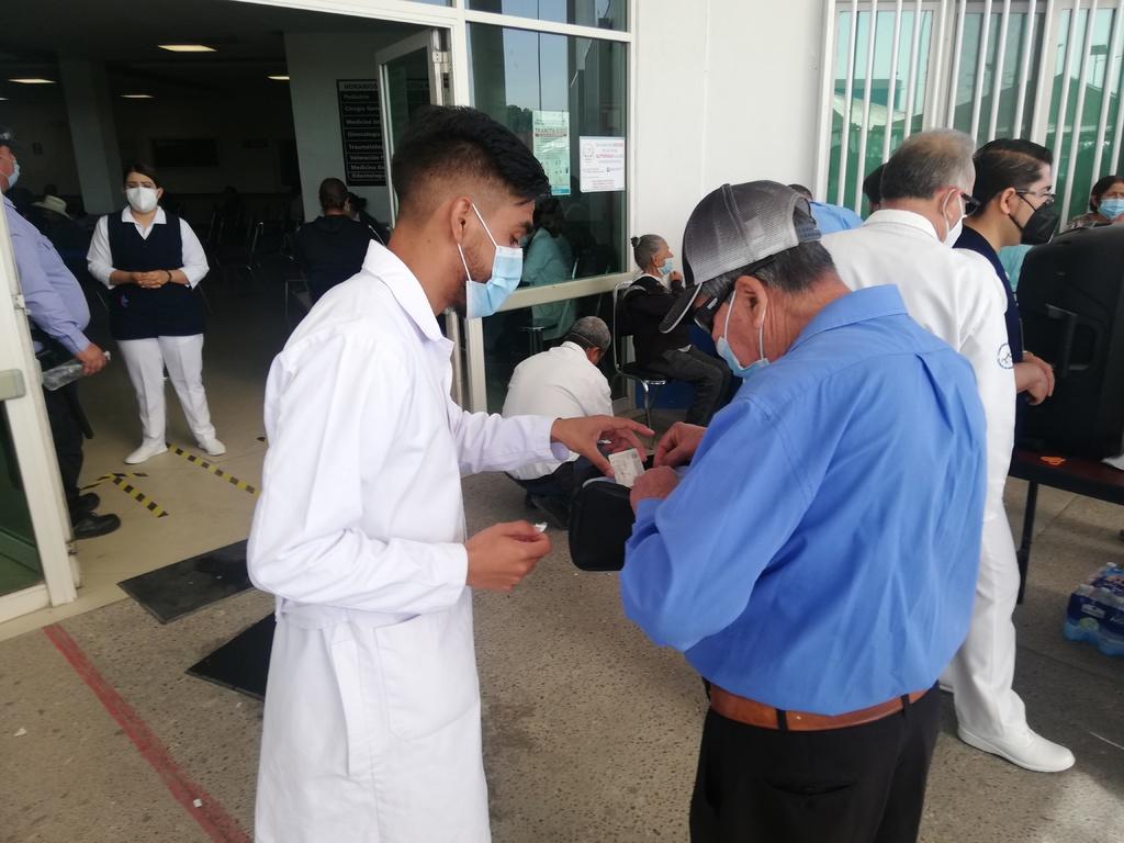 Previo a la vacunación en Lerdo, el Gobierno federal indicó que los brigadistas no deberán exigir las credenciales del INE a los adultos. (GUADALUPE MIRANDA)