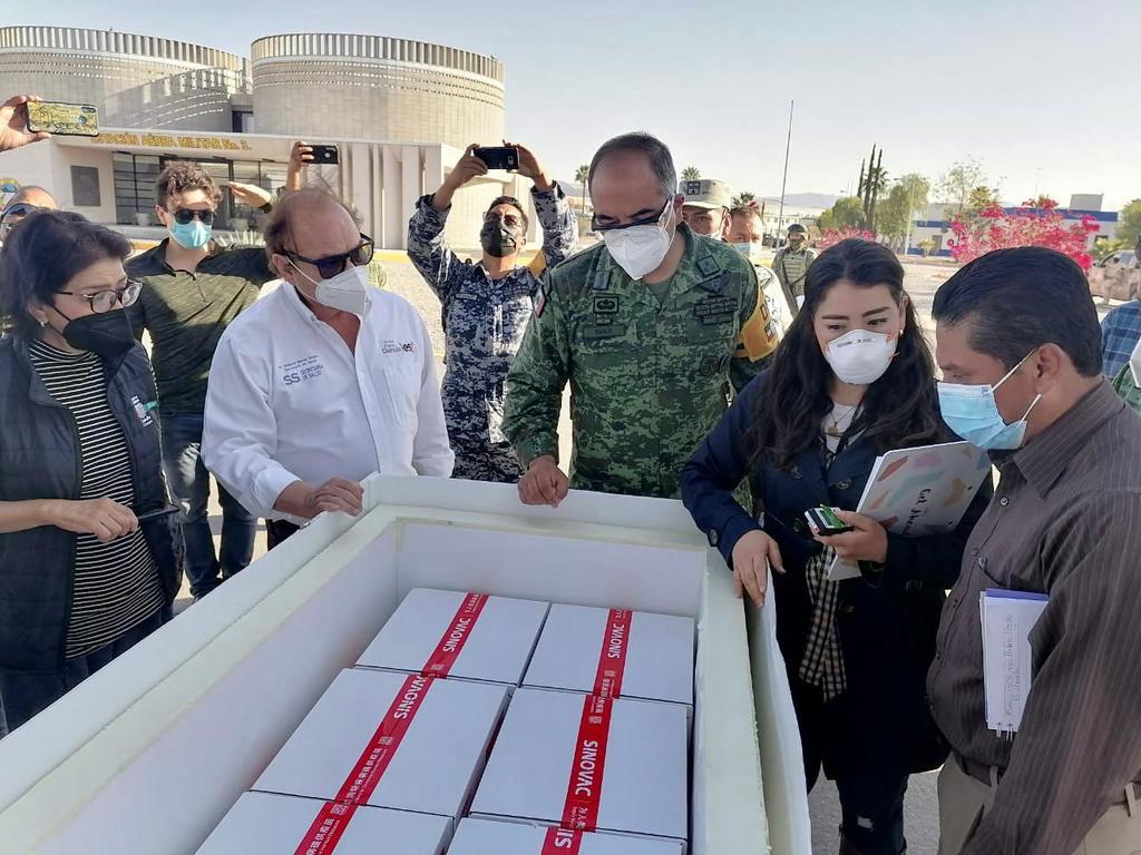 Un cargamento con 17 mil 480 dosis de la vacuna SINOVAC contra el COVID-19 llegó al aeropuerto de Torreón por la tarde de este domingo. (ESPECIAL)