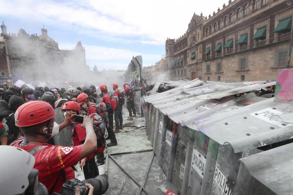 Con gases que provocan ardor en los ojos y en la garganta, elementos de la policía capitalina lograron dispersar a grupos feministas que se manifiestan en Palacio Nacional. (EL UNIVERSAL)