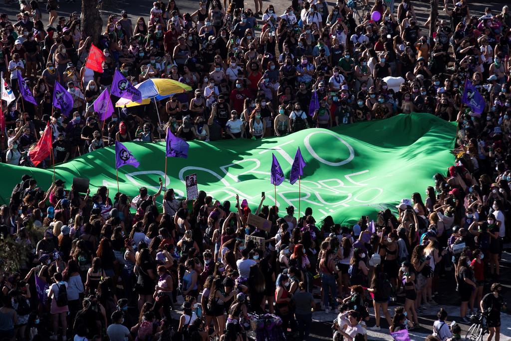 En el Día Internacional de la Mujer, en América Latina la pandemia no fue impedimento para que muchas mujeres alzaran su voz desde sus casas, en eventos virtuales o desde la misma calle en la  lucha  contra la violencia, la igualdad y el derecho al aborto, con grandes ausencias como Brasil y Perú debido a la crisis sanitaria. (EFE)