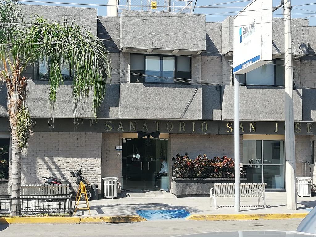 Paramédicos de la Cruz Roja arribaron al lugar para atender a los jóvenes, mismos que fueron trasladados al Sanatorio San José de la ciudad de Gómez Palacio. (ARCHIVO)