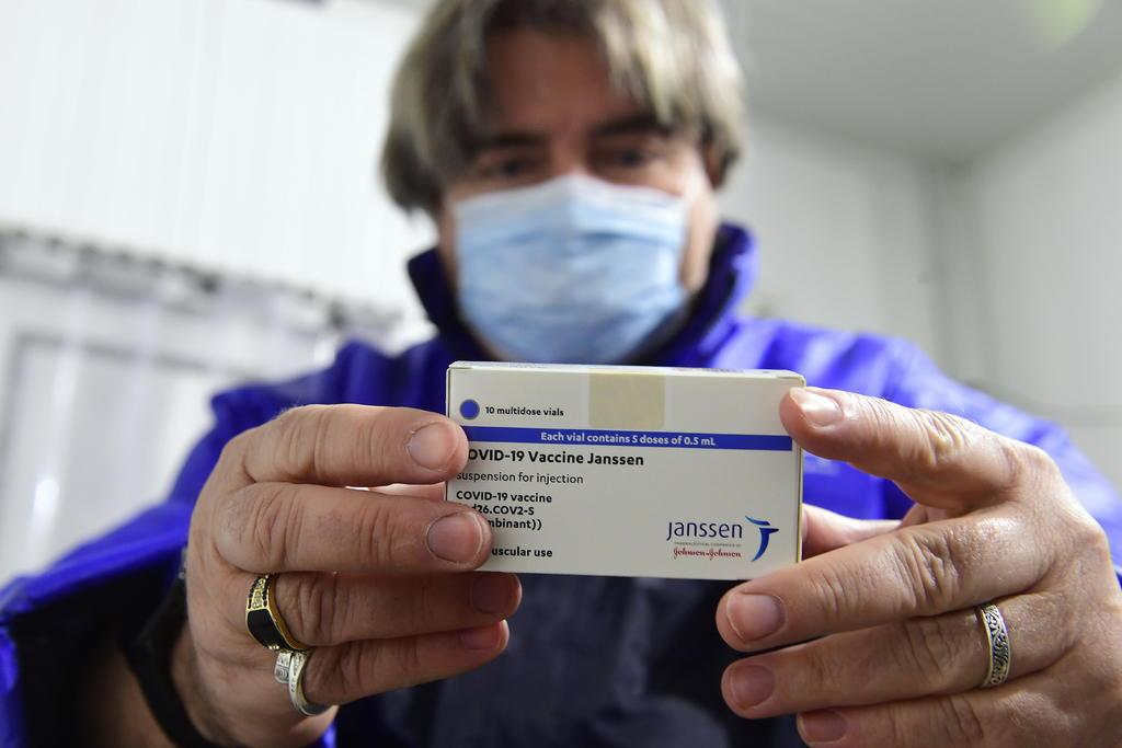 Estados Unidos recomendó el martes pausar la administración de la vacuna unidosis contra el coronavirus desarrollada por Johnson & Johnson para investigar los reportes de trombos potencialmente peligrosos. (ARCHIVO)