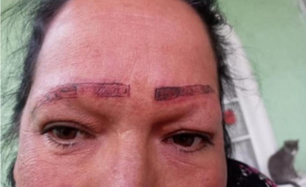 Por medio de Facebook, la mujer exhibió el supuesto trabajo que los tatuadores le hicieron a su madre en las cejas (CAPTURA)
