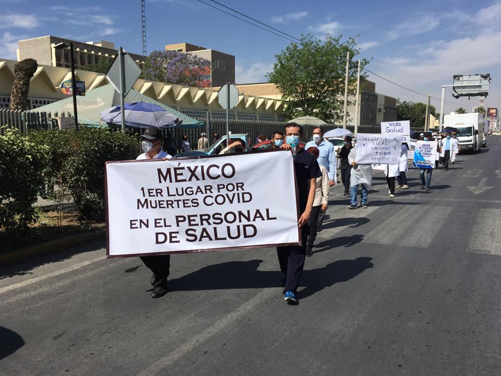 Trabajadores de la salud de la Comarca Lagunera se manifestaron una vez más en Torreón para exigir que se les apliquen vacunas contra el COVID-19. (FERNANDO COMPEÁN)