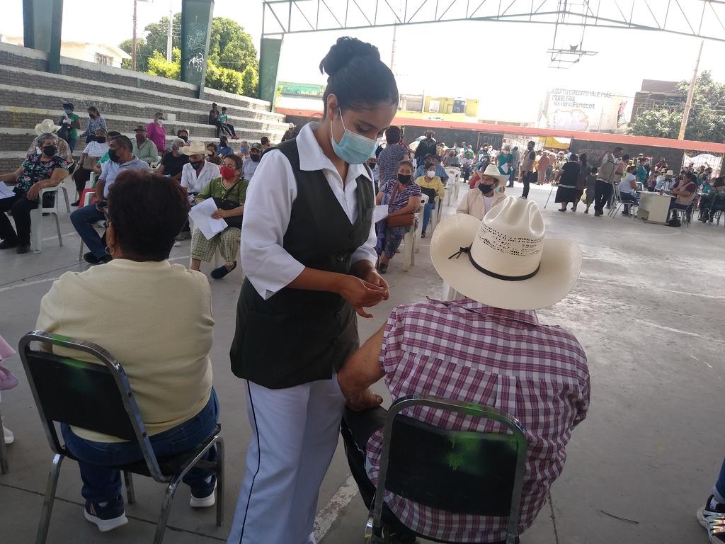 Ayer se aplicó la vacuna de refuerzo contra COVID-19 en el ejido Coyote, el primer módulo que se instaló en el municipio de Matamoros, Coahuila. (EL SIGLO DE TORREÓN)