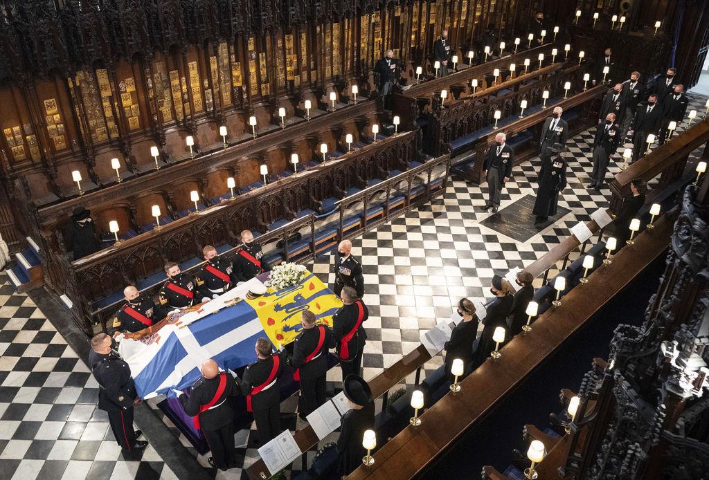 El funeral por el duque de Edimburgo se celebró con una solemne ceremonia en la capilla de San Jorge, en Windsor.