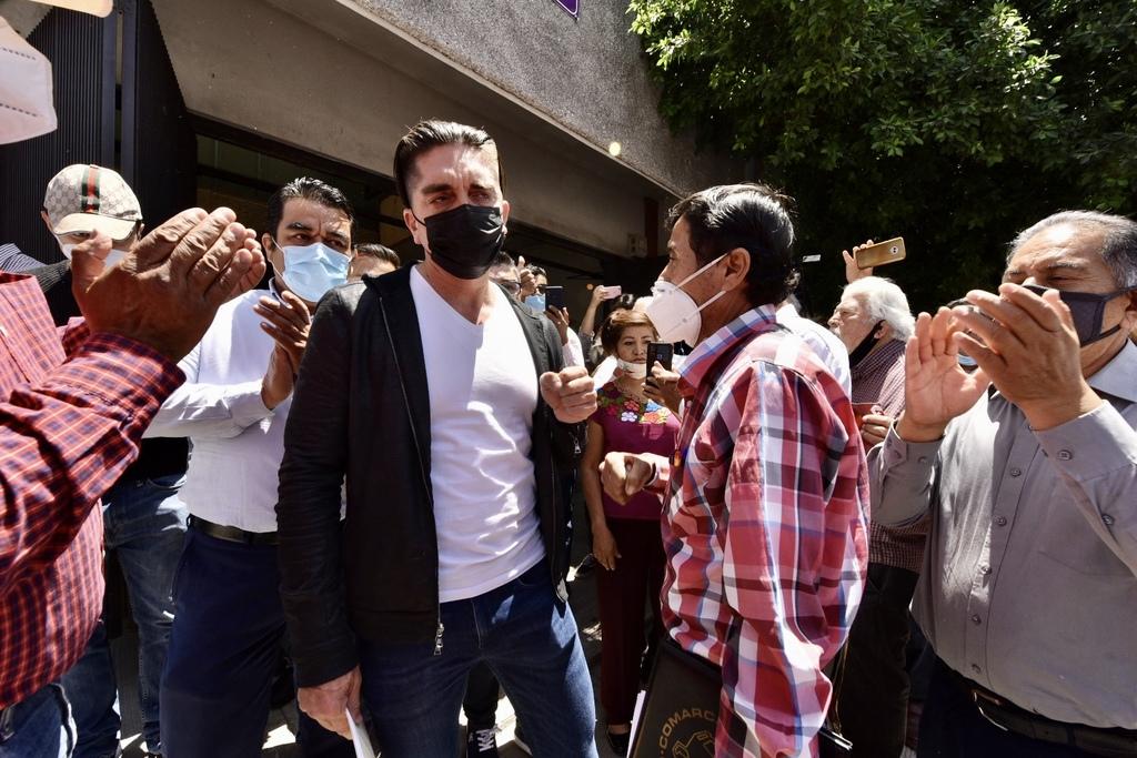 Luis Fernando Salazar acudió ayer al comité municipal del IEC en Torreón para pedir que se le regrese su candidatura a la alcaldía. (ÉRICK SOTOMAYOR)