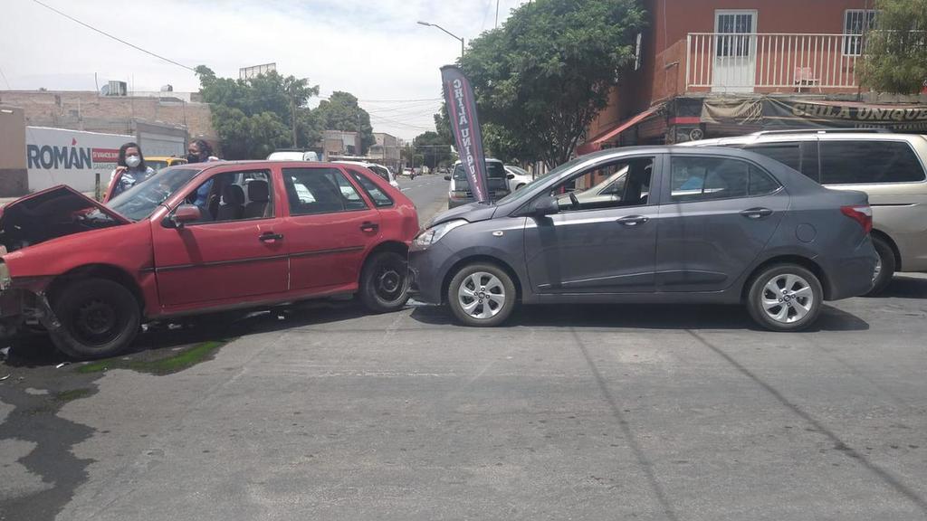El conductor del Altima, un señor de unos 60 años y que se encontraba nervioso, decidió retirarse del lugar.