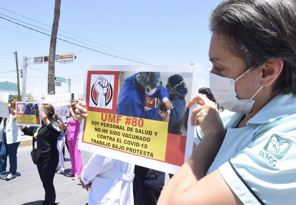 El pasado miércoles trabajadores de distintas unidades del IMSS en Torreón protestaron porque no han sido inmunizados.