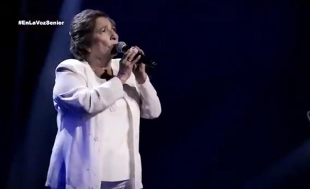 La maestra jubilada de 76 años se plantó sobre el escenario de la competencia y decidió interpretar una canción especial para ella, se trata de la composición Ave María. (ESPECIAL)