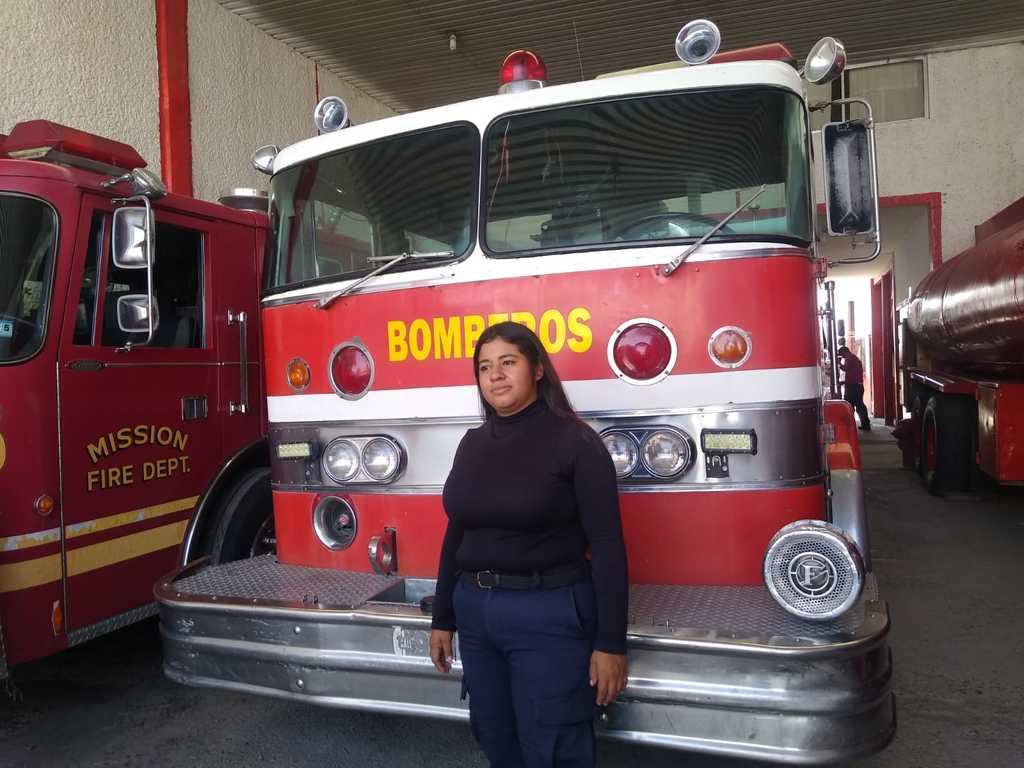 La joven de 22 años se integró hace dos semanas al Departamento de Bomberos de Madero. (EL SIGLO DE TORREÓN)