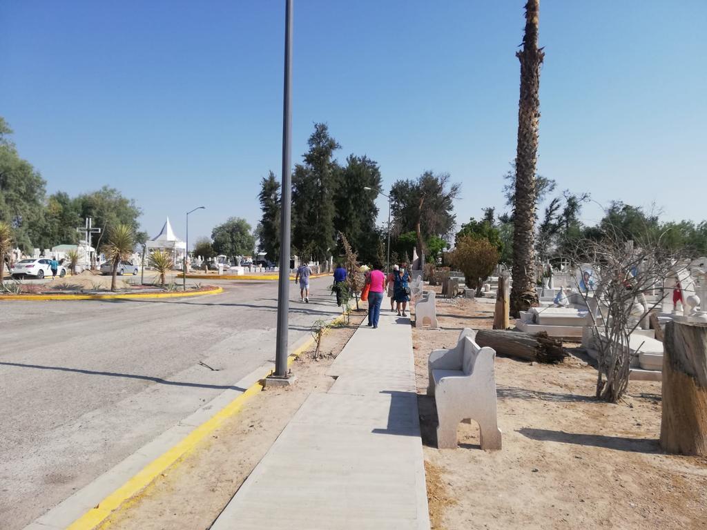 Poca es la afluencia que se registra en este Día de las madres en el Panteón Municipal Guadalupe I y II de la colonia Morelos II de Gómez Palacio. (GUADALUPE MIRANDA/EL SIGLO DE TORREÓN)