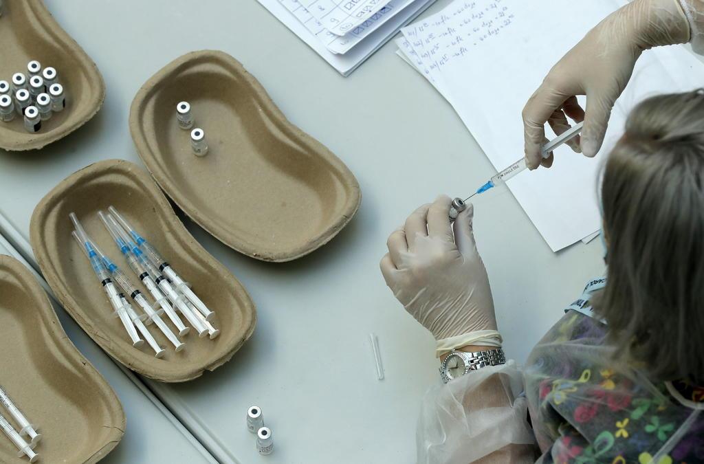 La Administración de Fármacos y Alimentos (FDA, en inglés) de Estados Unidos concedió este lunes autorización para uso de emergencia a la vacuna contra la COVID-19 de Pfizer para adolescentes mayores de 12 años. (ARCHIVO)