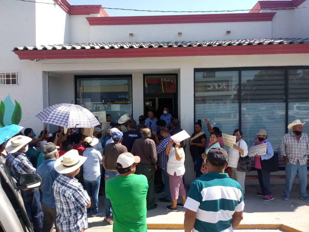 Con gritos y pancartas, habitantes del poblado La Luz y otros vecinos protestaron en Simas. (EL SIGLO DE TORREÓN)