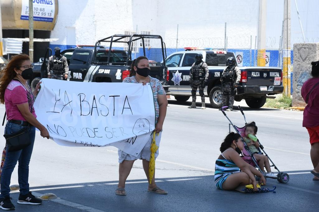 Habitantes de colonias del surponiente de Torreón cerraron el paso vehicular frente al Simas Torreón ayer por la tarde. (FERNANDO COMPEÁN)