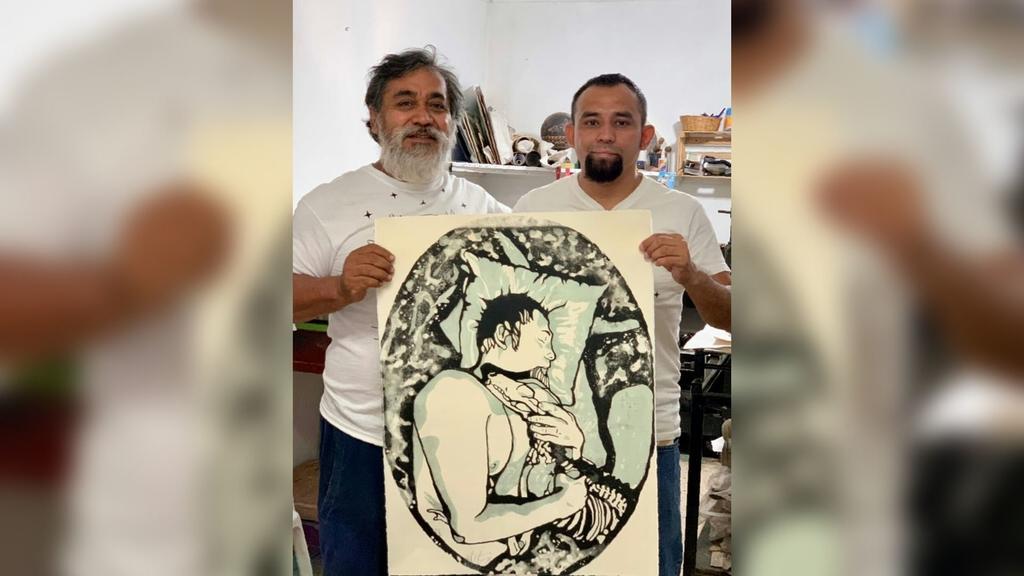 Representante. Mack 2EK (derecha) junto al maestro litógrafo oaxaqueño Abraham Torres.
