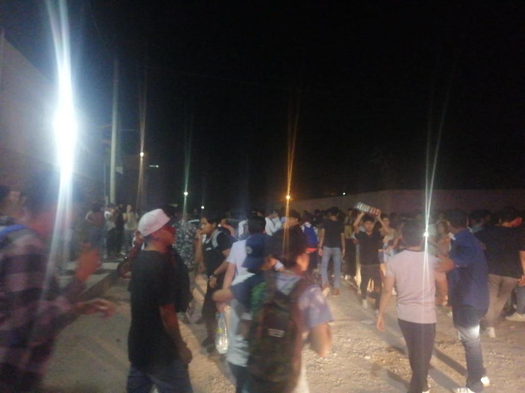 Previo la suspensión del evento, los asistentes que se estima eran alrededor de 450 se encontraban aglomerados, consumiendo bebidas alcohólicas y bailando. (EL SIGLO DE TORREÓN)