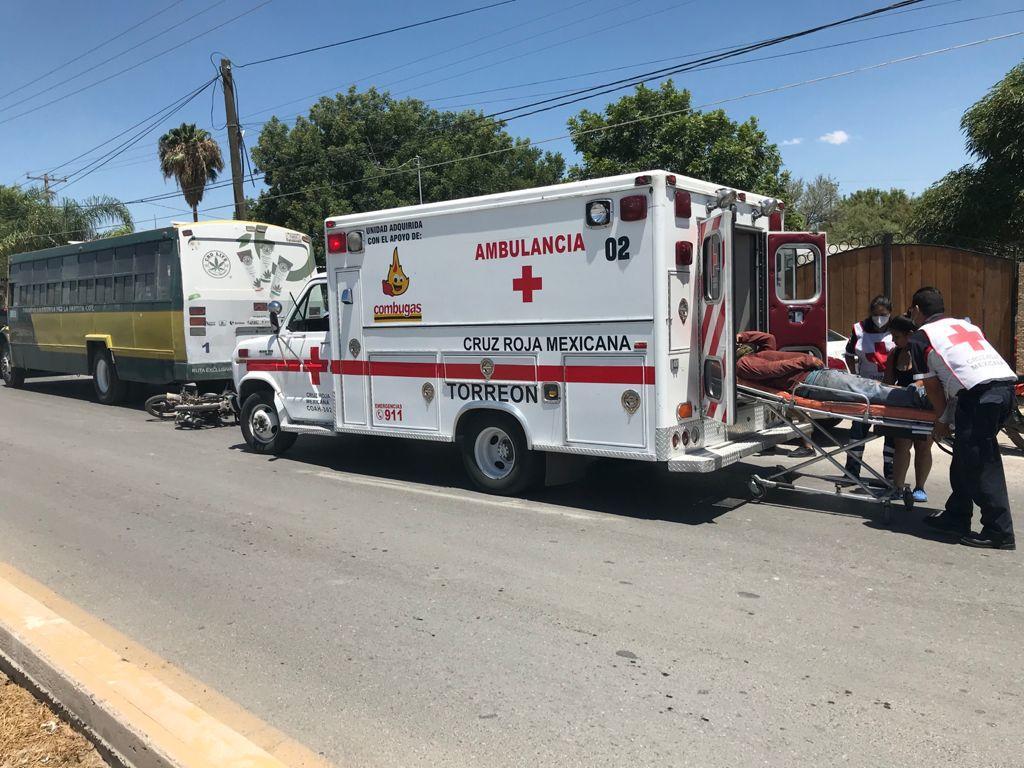 Un motociclista resultó lesionado tras impactarse en la parte posterior de un autobús de pasajeros frente al ejido La Paz de la ciudad de Torreón.