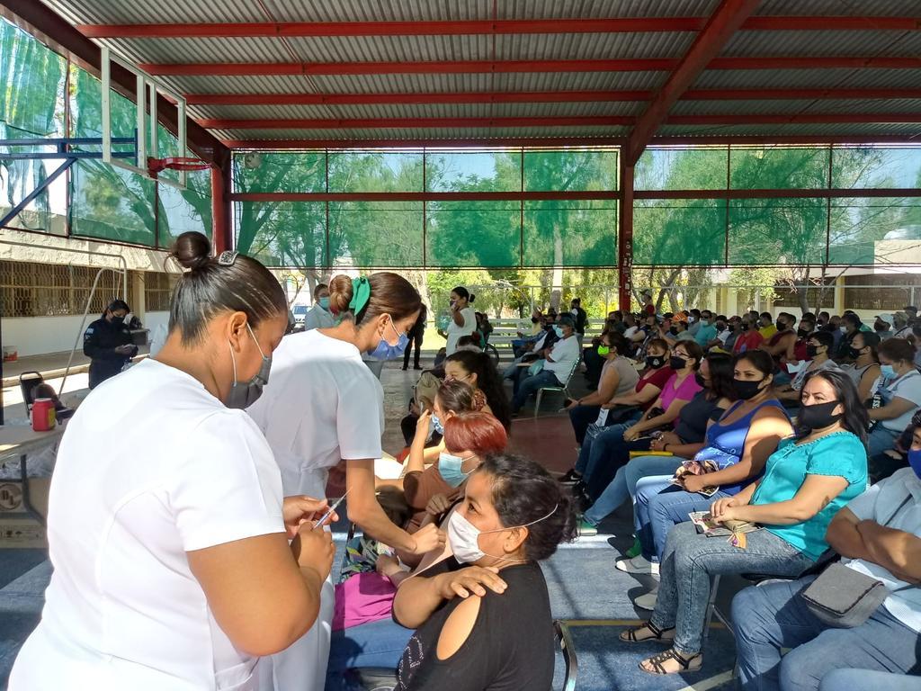 La organización para realizar la campaña masiva de vacunación es evidente, aunado a que se les da preferencia a las personas que llegan en sillas de ruedas o muletas, para una más rápida atención.  (EL SIGLO DE TORREÓN)