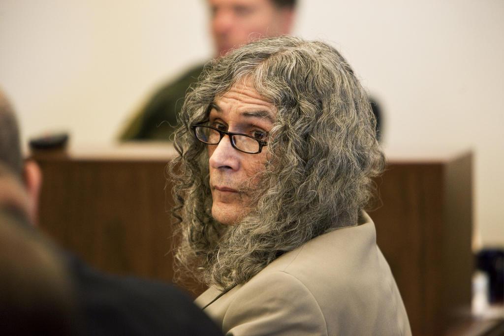 El asesino en serie hispano Rodney Alcalá, sospechoso de matar a hasta 130 mujeres en Estados Unidos, falleció este sábado en un hospital en California, informaron las autoridades de la cárcel donde estaba preso.