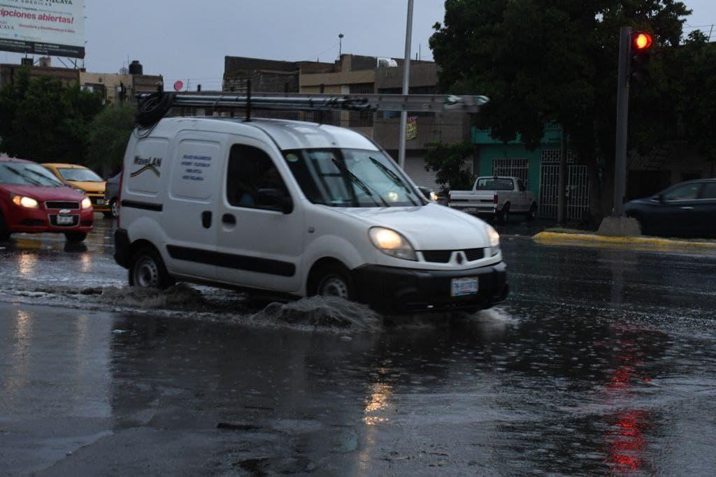 Inundaciones y varios accidentes viales dejó la lluvia registrada la tarde-noche del martes en la zona conurbada y hubo necesidad de la intervención de Bomberos y Protección Civil, en auxilio de los habitantes. (FERNANDO COMPEÁN)
