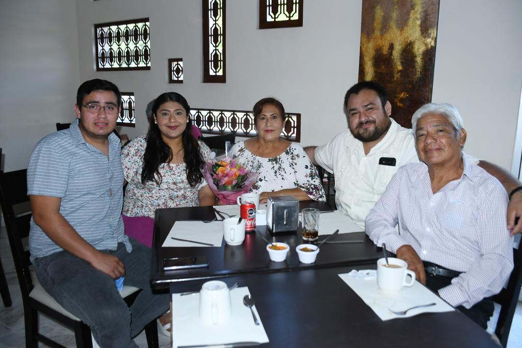 Rosa Delia Cruz Ramírez celebrando su cumpleaños con su esposo e hijos (EL SIGLO DE TORREÓN / FERNANDO COMPEÁN)