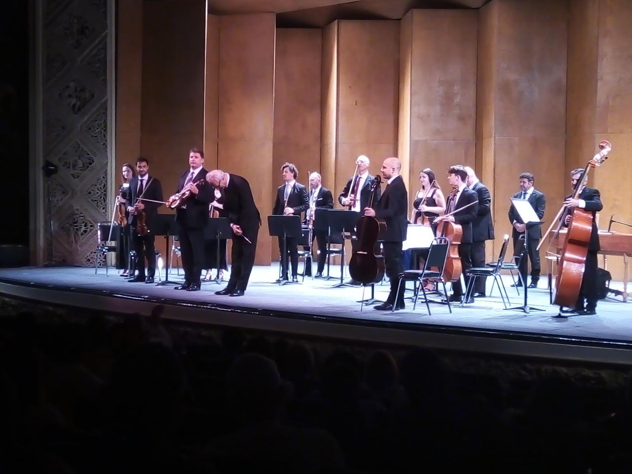La reconocida Orchestra da Camera Ferruccio Busoni, procedente de Trieste, Italia (país invitado de la FILC) se presentó la noche de ayer lunes en el escenario del Teatro Isauro Martínez (TIM). (ESPECIAL)