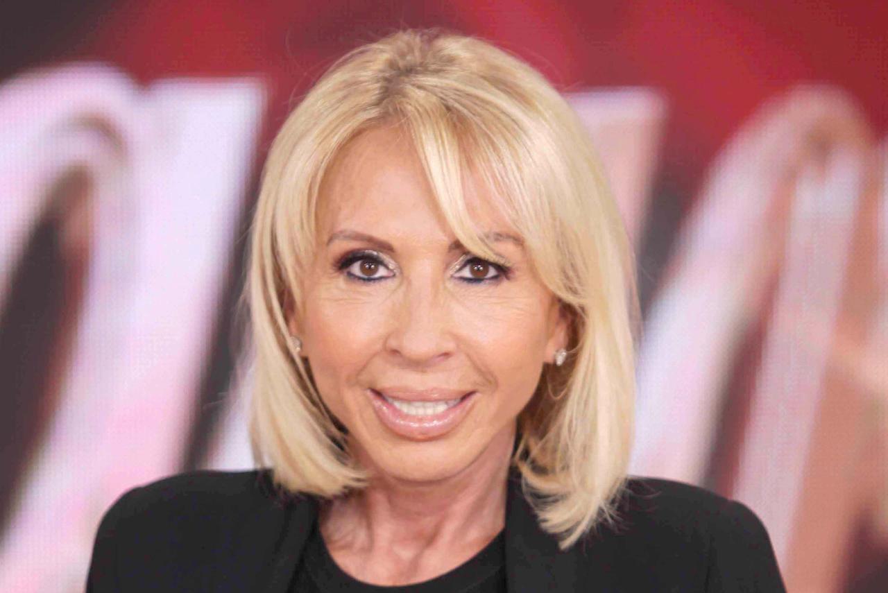 La presentadora peruana, Laura Bozzo, es buscada por ficha roja en Interpol como solicitud de la Fiscalía General de la Republica (FGR), debido a que no acudió de manera voluntaria al Centro de Prevención y Readaptación Social Santiaguito, en Almoloya, Estado de México, por lo que se encuentra prófuga de la justicia.